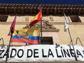 La bandera de Ecuador con crespón negro ondea en la fachada principal del Ayuntamiento en solidaridad con las víctimas del terremoto