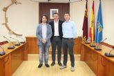 El Ayuntamiento de Alhama recibe a dos nuevos funcionarios, que proceden del Ayuntamiento de Totana