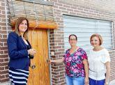La Alcaldesa entrega las llaves de otras dos viviendas de promoción social a las mismas familias con necesidades