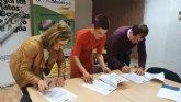 Mª Carmen Morales firma un convenio para prorrogar el programa 'Estuche de Colores'