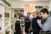 Personas con autismo abren la persiana de Mercadisflo en el Mercado de Santa Florentina