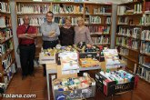 La biblioteca municipal Mateo Garc�a hace entrega a C�ritas de los alimentos recogidos en su campaña