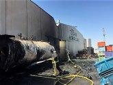 Bomberos trabajan en el incendio en una nave industrial junto al polígono de Totana
