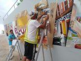 Grafiteros profesionales pintan el eslogan de ElPozo Alimentaci�n en la entrada de su sede