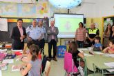 El coronel jefe de la Base Aérea de Alcantarilla y el alcalde visitan dos de los centros que participan en la II Muestra de trabajos: '12 de octubre. La Fiesta de mi País'