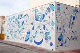 El artista Murfy realiza un mural en la Plaza de Abastos