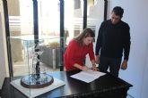 El escultor José Manuel Rebollo cede una alegoría en cristal del municipio al Ayuntamiento de San Pedro del Pinatar