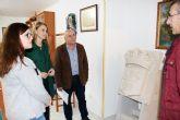 El Ayuntamiento recibe un escudo de Alhama en piedra donado por la familia Provencio Egea