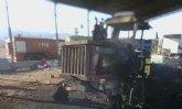 Los bomberos sofocan rápida y eficazmente el incendio de una maquinaria agrícola en Totana