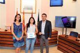 María Victoria Sánchez, consigue el iPad sorteado entre los primeros usuarios en descargarse la APP Alcantarilla SamartCity y estar entre las 484 personas que cumplimentaron la encuesta