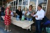 Socios y usuarios del Centro Municipal de Personas Mayores de la plaza Balsa Vieja disfrutan del reparto de agua lim�n con motivo de las fiestas