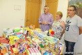 Empleados públicos hacen entrega a Cáritas de ambas parroquias de los alimentos y productos de aseo recogidos para la población infantil