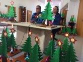 Usuarios de los Centros de Día para la Discapacidad entregan a la Asociación de Comerciantes los ornamentos navideños con los que adornarán estas fiestas sus establecimientos comerciales
