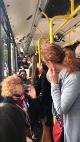 Denuncian que el hacinamiento del autobús de la Línea 31 provoca en Puente Tocinos provoca casos de ansiedad y desmayo entre los usuarios