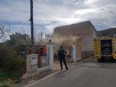 Efectivos de los servicios municipales de emergencias atienden a una mujer mayor en un incendio registrado en una vivienda próxima a la ermita de La Huerta