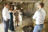Autoridades municipales visitan las obras de construcción de la réplica de vivienda argárica construida en el yacimiento de La Bastida