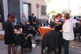 Decenas de personas participan en el corte de pelo solidario a beneficio de la AECC