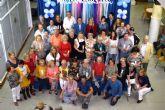 La Junta Local de la AECC presenta su calendario solidario con el apoyo de los mayores del Centro Social del Puerto