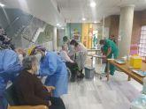 Residentes y empleados de Virgen de la Salud de Alcantarilla reciben la primera dosis de la vacuna contra la Covid-19