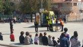 Alumnos del CEIP Tierno Galván participan en un simulacro de evacuación del edificio en caso de incendio