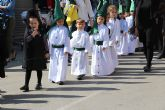 Los escolares del San Pedro Apóstol trasladan en procesión la imagen de San Juan Evangelista