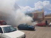 Bomberos y Sanitarios han acudido a sofocar un incendio de un veh�culo afectando a una vivienda en Totana