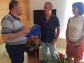 El equipo directivo del IES Juan de la Cierva hace entrega al alcalde de la memoria del Bachillerato Internacional del curso 2015/2016