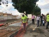 La próxima semana finalizan las obras de reparación de aceras y alcorques de la avenida de Murcia en la pedanía de Balsicas