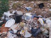 Polic�a Local advierte a dos individuos que vert�an basura en la Rambla Celada