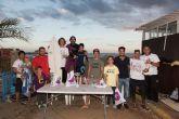 Una treinta de surfistas compiten en la sexta edición del campeonato de surf junior en aguas de la playa de Bahía