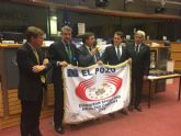 ELPOZO ALIMENTACI�N recoge la bandera que la acredita como Empresa Europea del Deporte y la Salud