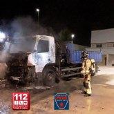 Incendio de un camión estacionado en el parking de una nave industrial en Ceutí