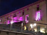 Ya cuelga la bandera del Día de la Mujer de la fachada del Ayuntamiento de Totana dentro de la Semana de Igualdad de Oportunidades