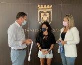 El concejal de Deportes, Sergio Martínez recibe a la jugadora  internacional de fútbol sala, Marta Penalver