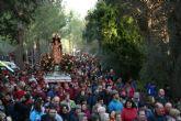 Varias miles de personas acompañan la imagen de Santa Eulalia en su tradicional romería de bajada a Totana en un gran ambiente festivo