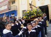 Los niños acompañan al Nazareno en la procesión infantil