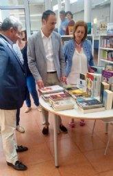 Cultura entrega medio millar de libros a la Biblioteca de Los Alcázares para paliar las pérdidas sufridas en las inundaciones