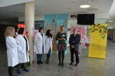 La exposición infantil 'El árbol de la vida' llena el hospital Los Arcos de mensajes alentadores frente a la enfermedad