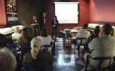 María López Mayol presenta en San Pedro, 'La mujer que aprende de los caballos'