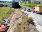 Rescatan y trasladan al hospital a un hombre herido al caer su vehículo por un terraplén