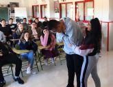 El programa de formación en primeros auxilios de Protección Civil pasa por el colegio Monte Azahar