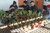Sermubeniel enseña a 15 jóvenes desempleados a plantar jardines que consumen poca agua