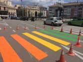 Totana pinta cinco pasos de peatones con los colores de la bandera gay para concienciar de los derechos del colectivo LGTBI