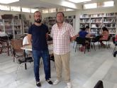 David Martínez visitó la biblioteca de La Manga para estudiar mejoras de cara al próximo curso