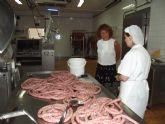 La directora general de Comercio y Protección del Consumidor visita la empresa artesana Embutidos La Cañada de Archena