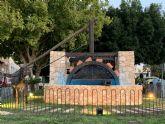 La noria que extraía agua en la finca que dio origen a Santiago de la Ribera se expone en un jardín de la localidad tras su restauración