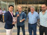 El presidente de la Asociación Amigos de los Museos, Marcos Gracia devuelve al Ayuntamiento una medalla del Romero del Año de San Blas encontrada en un rastro