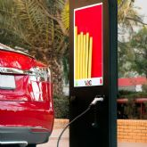V2C ofrece el primer punto de recarga para coches eléctricos con publicidad integrada