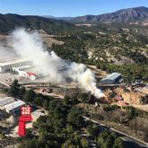 Continúan los trabajos de extinción en el incendio declarado en el recinto de una empresa de reciclado en Caravaca de la Cruz