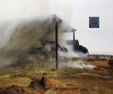 Bomberos trabajan desde esta manana en la extinción de incendio de balas de paja en San Javier